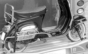 Motocicleta sobre porta-motos sujeta por el conjunto de amarre
